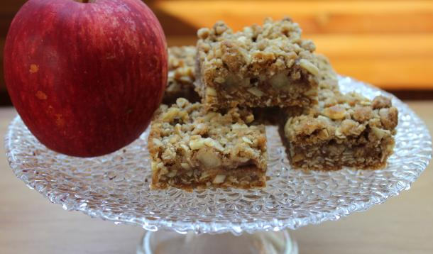 Healthy snack squares with oats, apples and cinnamon