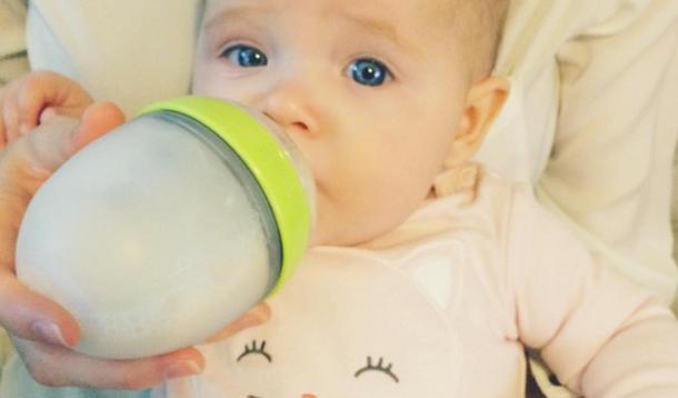 Coco Rocha breastfeeding bottlefeeding