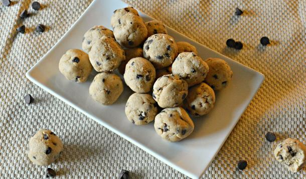 It feels like a devilishly bad treat, but the fibre and protein make these vegan cookies a sweet and satisfying snack. | YMCFood | YummyMummyClub.ca