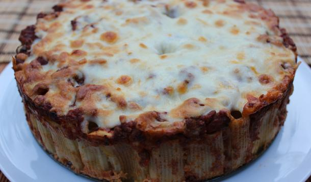 Easy Cheesy Pasta Pie: a kid-friendly recipe of rigatoni, tomato sauce and cheese - in pie form! | Dinner | YMCFood | YummyMummyClub.ca