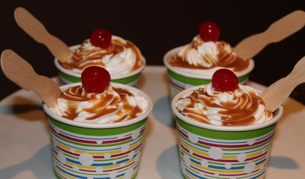 They may look like ice cream sundaes but these are actually cupcakes with buttercream frosting and caramel sauce!These sweet treats will steal the show | YMCFood| YummyMummyClub.ca