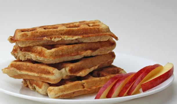 Need a great breakfast hack? These 5 minute healthy Apple Oatmeal Muffin Waffles are the perfect grab-and-go food. Yes, you can cook a muffin recipe in your waffle iron! | YMC | YummyMummyClub.ca