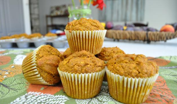 TheseWhole Grain Pumpkin Spice Muffins not only are a lifesaver for new moms (or anybody who needs to eat one-handed on the run!) they're dietician-approved healthy kid-friendly snacks too! | YMCFood | YummyMummyClub.ca