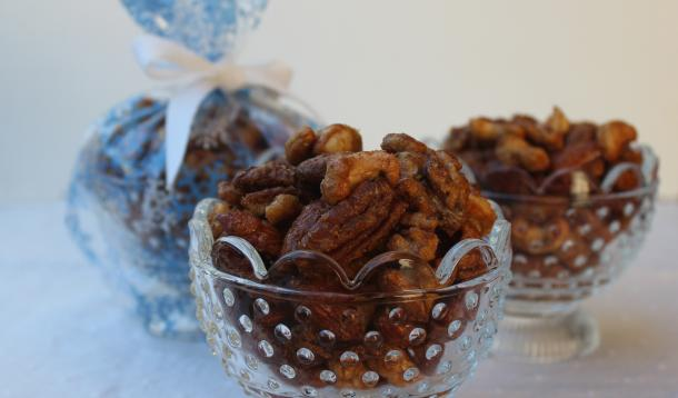 Roasted Sweet-Spicy Mixed Nuts - Be a holiday hero with this fantastically delicious edible gift that takes just minutes to make. | Christmas | YMCFood | YummyMummyClub.ca