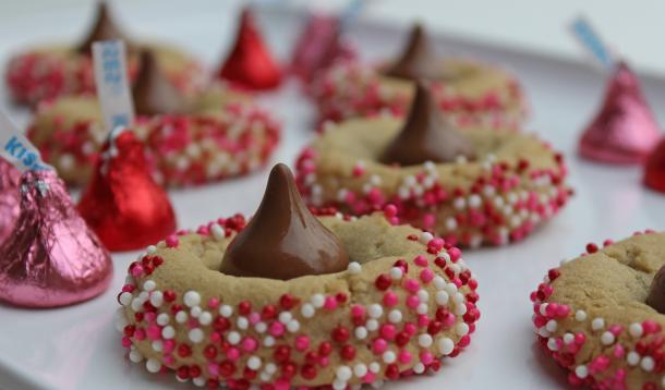 These Kiss Cookies have a super simple recipe. You can make this sweet treat that screams I love you! in no time, flat.   Valentine's Day   YMC   YummyMummyClub.ca