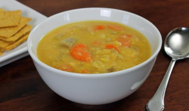 What sets this Lemon Split Pea Soup apart from a regular one is the vitamin C that will have your body buzzing with happiness. | YMCFood | YummyMummyClub.ca