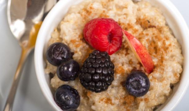 AR - If you think you have to spend 20 minutes boiling steel cut oats for oatmeal... you're doing it wrong! | Hacks | YMCFood | YummyMummyClub.ca