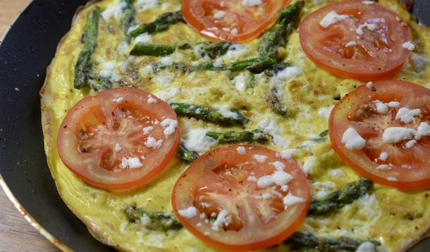 This Asparagus, Tomato and Feta Omelette is a great spring recipe, perfect for breakfast, lunch or dinner! | YMCFood | YummyMummyClub.ca