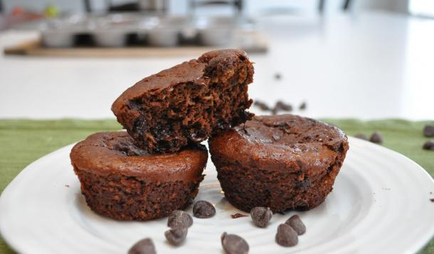 These Flourless Chocolate Zucchini Blender Muffins are school-safe - nut, peanut, and dairy free! | YMCFood | YummyMummyClub.ca