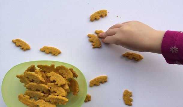 These Five Ingredient Sweet Potato Crackers are easy to make and your kids will love them. | YMCFood | YummyMummyClub.ca
