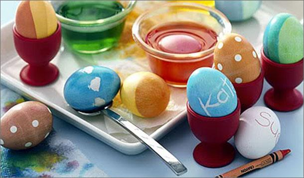 Easter Egg Decorating With Food Coloring :: YummyMummyClub.ca