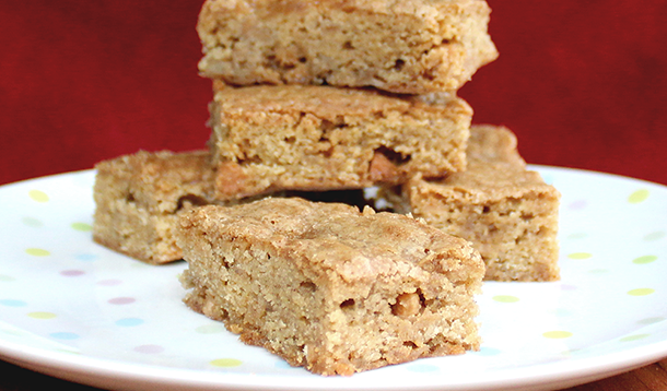 Lightly-cooked spiced apples and salted caramel baking chips are added to the batter, turning cute blondies into knock-your-socks-off apple pie bars. | YMC