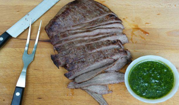 This easy flank steak with pesto makes a great, fast weeknight meal with just a few minutes of prep in the morning! | YMCFood | YummyMummyClub.ca