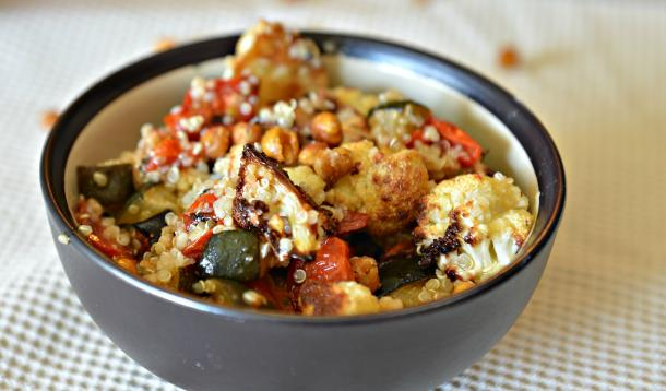 This veganQuinoa With Roasted Vegetables and Chickpeas energy bowl not only makes a satisfying and healthy high proteinsalad, it also teaches you how to make the most addictive snack you'll ever eat: oven roasted chickpeas! | Meatless | Vegetarian| YMCFood | YummyMummyClub.ca