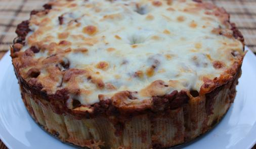Easy Cheesy Pasta Pie: a kid-friendly recipe ofrigatoni, tomato sauce and cheese - in pie form! | Dinner | YMCFood | YummyMummyClub.ca