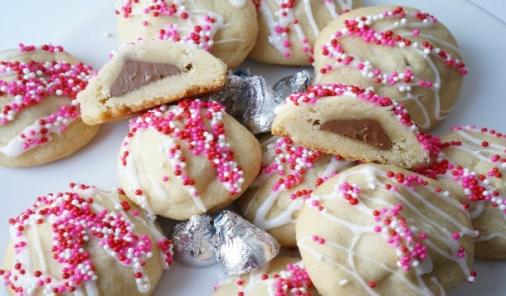Your kids are going to love the sweet surprise in these Hidden Chocolate Kisses Cookies. | Valentine's Day | YMCFood | YummyMummyClub.ca