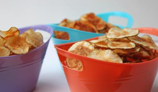 Homemade microwave potato chips are a family-friendly kitchen project that's frugal, super easy, delicious, and even... healthy! | YMCFood | YummyMummyClub.ca