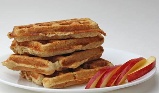 Need a great breakfast hack? These 5 minute healthy Apple Oatmeal Muffin Waffles are the perfect grab-and-go food. Yes, you can cook a muffin recipe in your waffle iron!   YMC   YummyMummyClub.ca