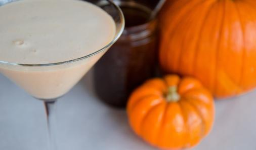 This non-alcoholic Pumpkin Pie Mocktini is the perfect festive beverage to serve up to designated drivers, non-drinkers, and pregnant guests at your Thanksgiving or Christmas parties this winter! And if you do decide you'd like to spike your drink, we have you covered for that too. | YMCFood | YummyMummyClub.ca