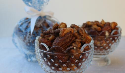 Roasted Sweet-Spicy Mixed Nuts -Be a holiday hero with this fantastically delicious edible gift that takes just minutes to make. | Christmas | YMCFood | YummyMummyClub.ca