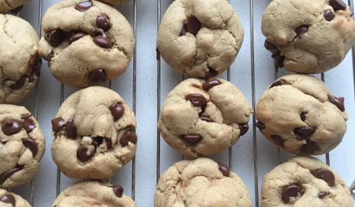 These easy chocolate chip cookies are made in one bowl, in just 15 minutes. And they're dietician approved as part of a healthy diet with dessert in moderation. | YMC