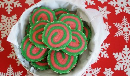 Ever wonder how to make those beautifulChristmas Pinwheel Cookies? This recipe will help you bake in style for the holidays! | YMCFood | YummyMummyClub.ca