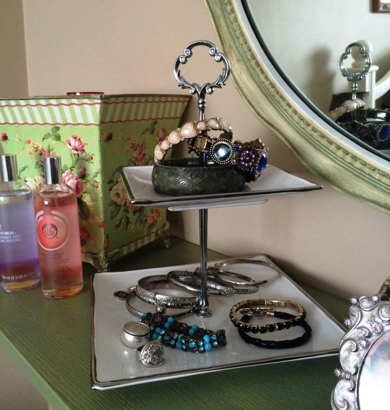 Using Small Tray to Sort Jewellery | YummyMummyClub.ca