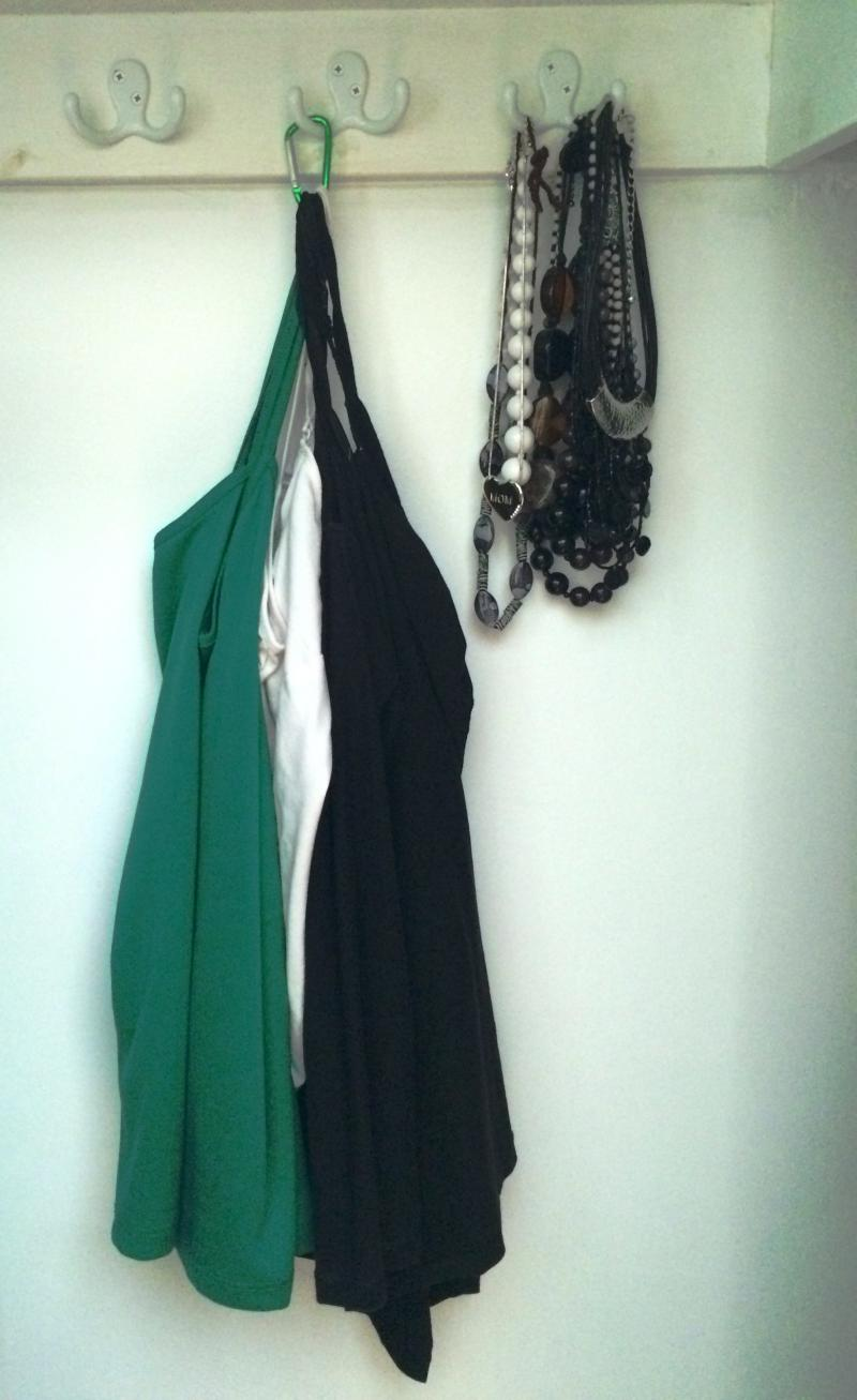 How to hang tank tops in closet | YummyMummyClub.ca