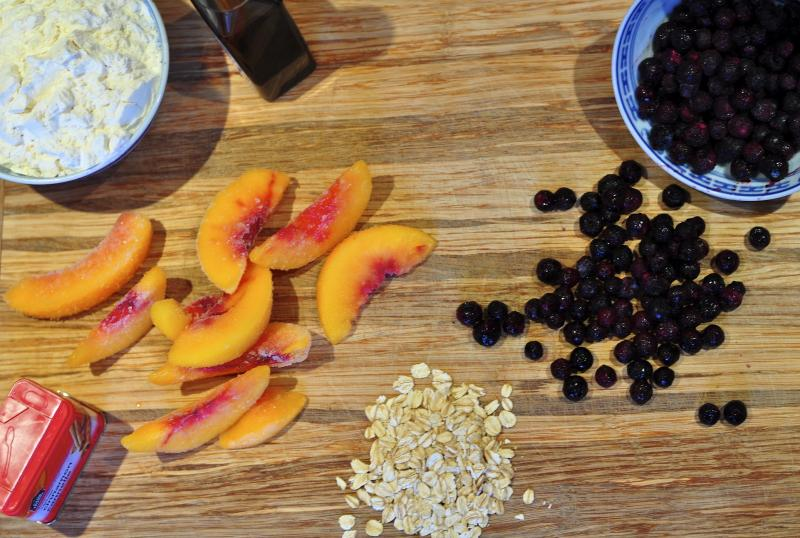 peaches, blueberries, crumble, easy recipe, fresh, summer, frozen fruit, oatmeal, cinnamon, vanilla, crumble recipe, Katja Wulfers, Around The Table