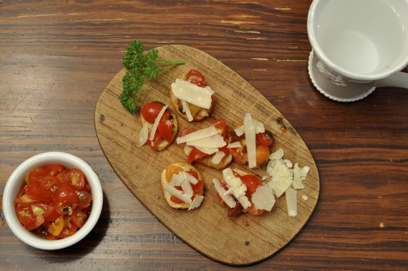 bruschetta, tomato, basil, parmesan, easy summer recipe, party ideas, tomatoes, Around The Table, Katja Wulfers