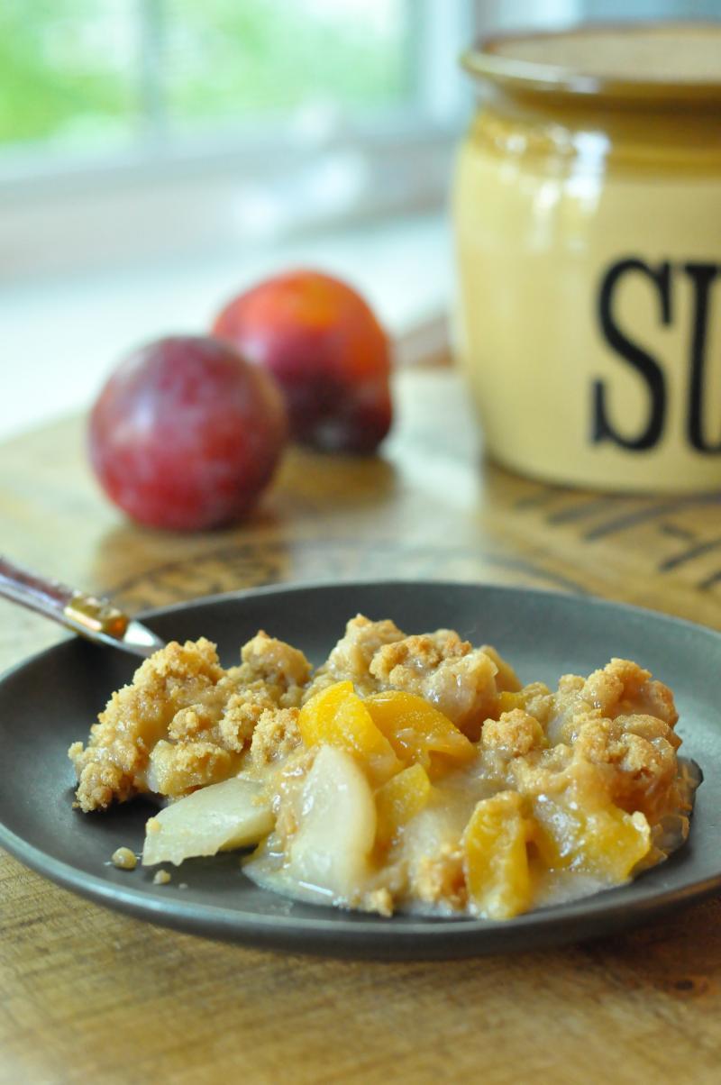 Warm Peach & Plum Almond Streusel :: YummyMummyClub.ca
