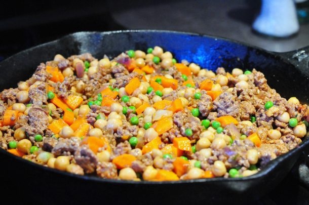 One-pan skillet Shepherd's Pie made with lean beef, chickpeas, carrots, and peas makes this a healthier alternative to a family favourite.